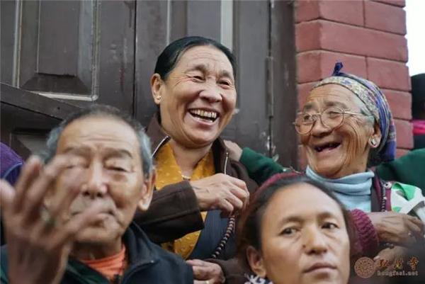 弘法网尼泊尔讯:2016年11月20日,应尼泊尔政府邀请,以中国佛教协会副会长、尼泊尔中华寺方丈印顺大和尚为团长的代表团一行,与藏传、南传佛教界的代表,共同出席在尼泊尔首都加德满都举行的满愿大佛塔开光典礼法会。  驻尼泊尔大使馆大使接见
